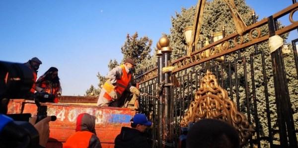 Забор вокруг здания парламента в разных странах мира ...