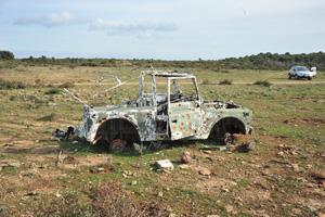 Un veicolo militare abbandonato nell area del poligono