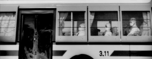 Gli operai dell impianto nucleare su un bus che li porta al Villaggio J, all interno della zona off limits