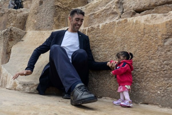 No photography trick: When world's smallest woman meets ...