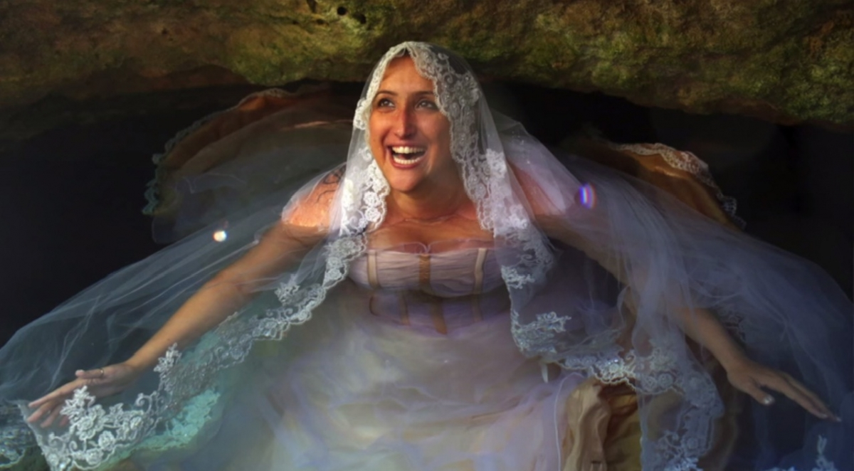 Bride Does Underwater Photo Shoot In Bridal Gown After