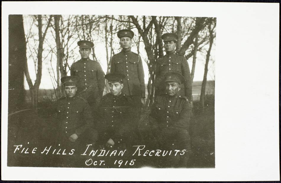Photo de carte postale d'hommes autochtones de File Hills, Saskatchewan, qui se sont enrôlés dans le CEF
