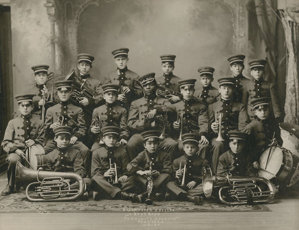 Le Boy's Brass Band Community Movement Pembroke et son chef de fanfare, M. Wheeler, vers 1913.