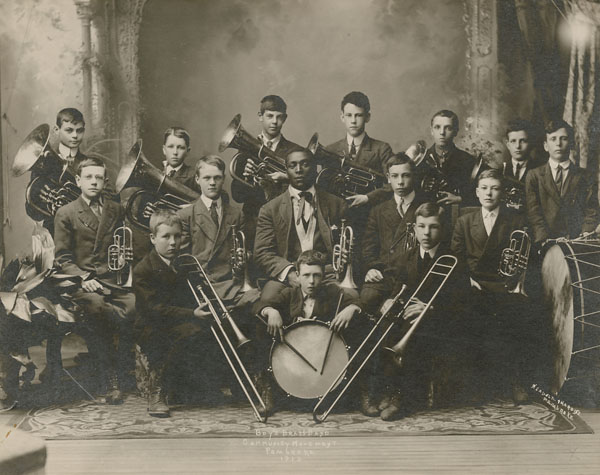 Le Boy's Brass Band Community Movement Pembroke, vers 1913.