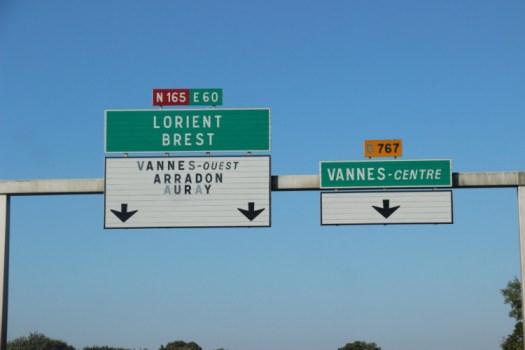 Франция. Дорожный указатель на Ван.