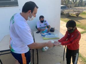 Los chicos son sanitizados antes de iniciar los entrenamientos