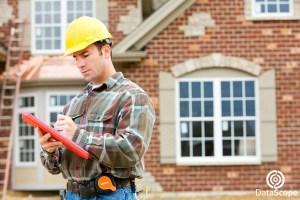 Hombre tomando notas en construcción
