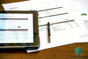 papeles y tablet en oficina