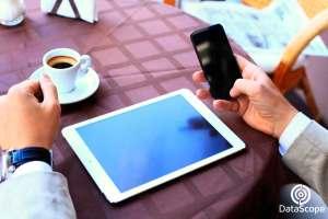 manos manejando un celular y un tablet