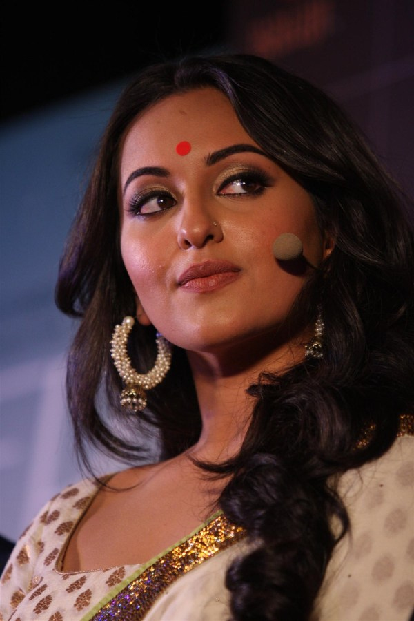 Actress Sonakshi Sinha at film LOOTERA first look launch ...