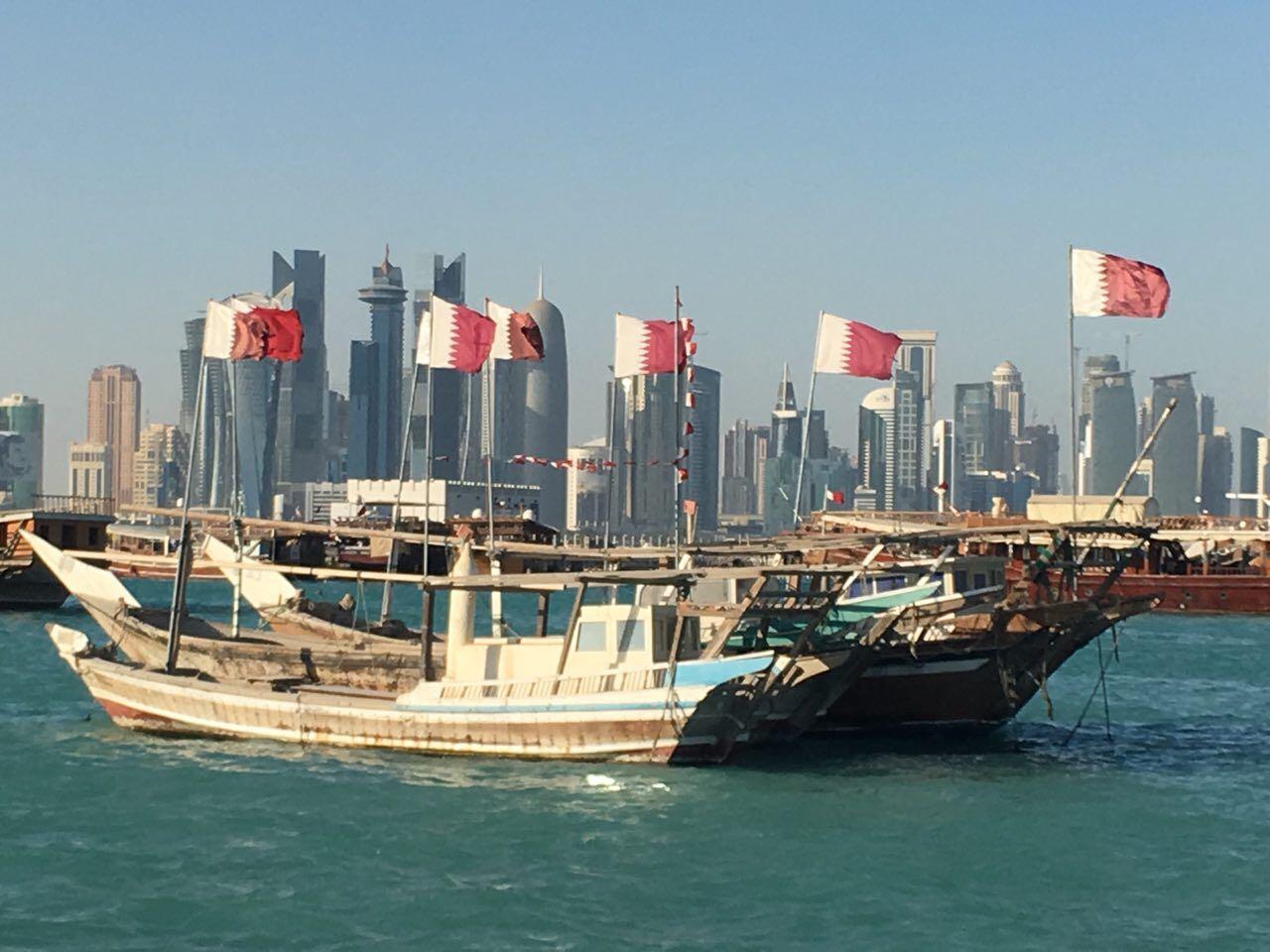 Contrastes. Viejas embarcaciones de transporte de cabras ahora muestran la moderna silueta de Doha a los turistas.