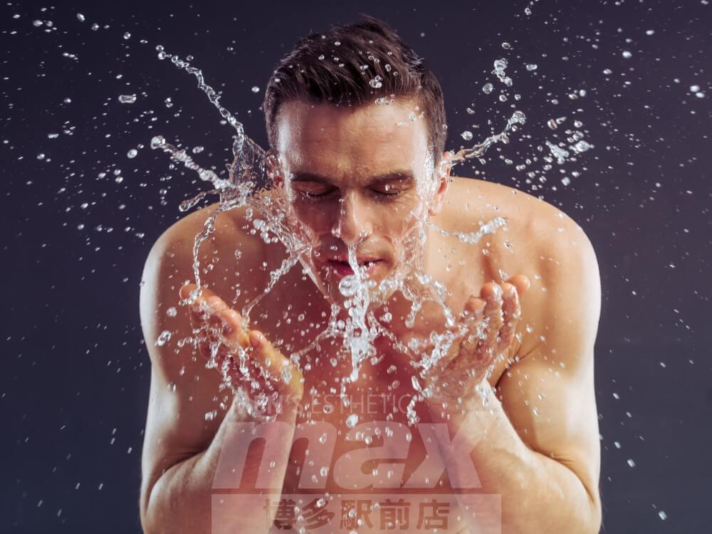 洗顔している男性