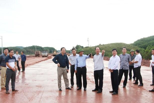 Đồng chí Cao Tường Huy, Phó Chủ tịch UBND tỉnh, yêu cầu các nhà thầu đẩy nhanh tiến độ thi công dự án tuyến đường từ Cảng hàng không quốc tế Vân Đồn đến Khu công viên phức hợp giải trí cao cấp tại xã Vạn Yên.