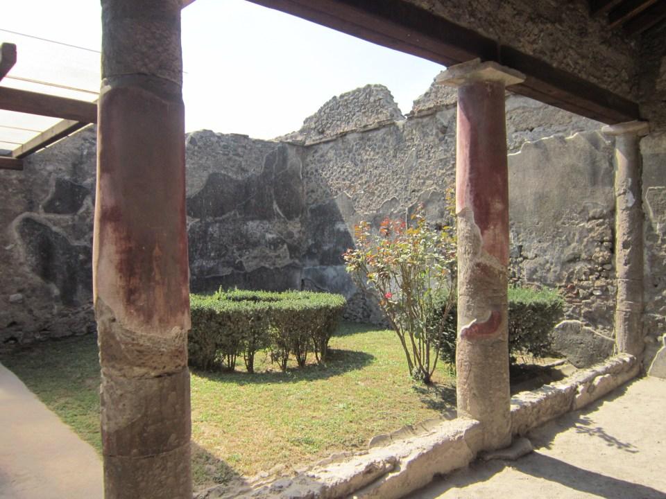 Italy backpacking itinerary - exploring Pompeii