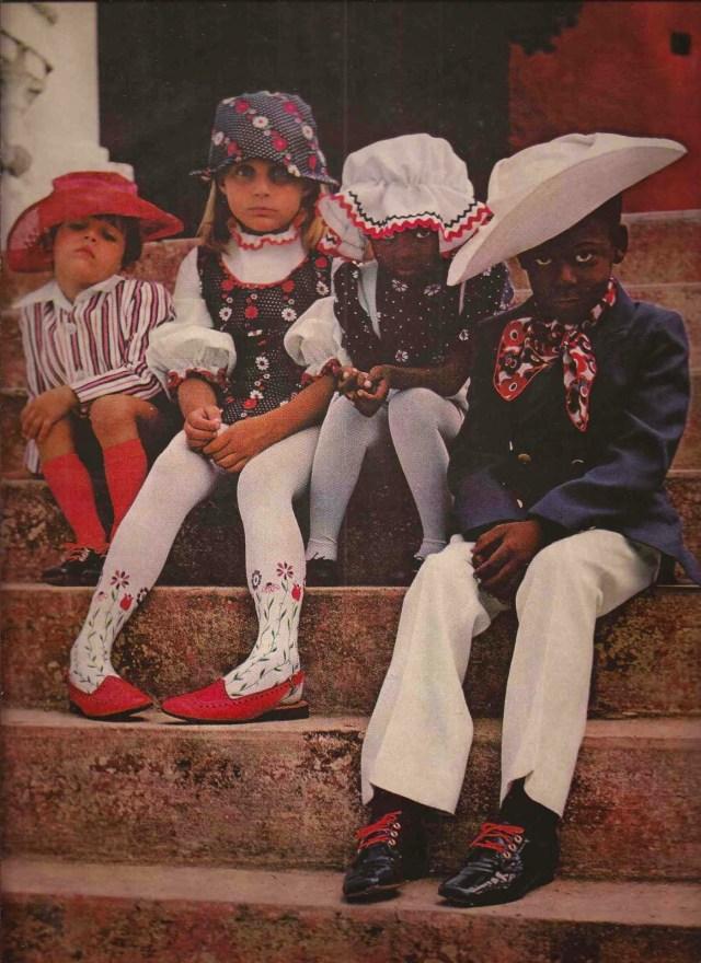6.Bazaar's Children Saul Leiter-6