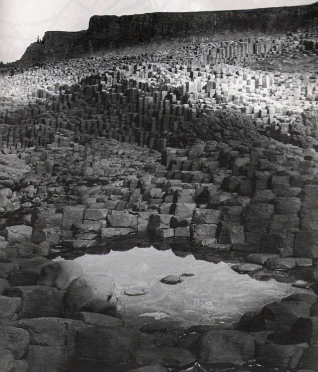13.-Landscape-Bill-BrandtDave-DyeLa-calzada-de-los-gigantes-Antrim-1947.jpg