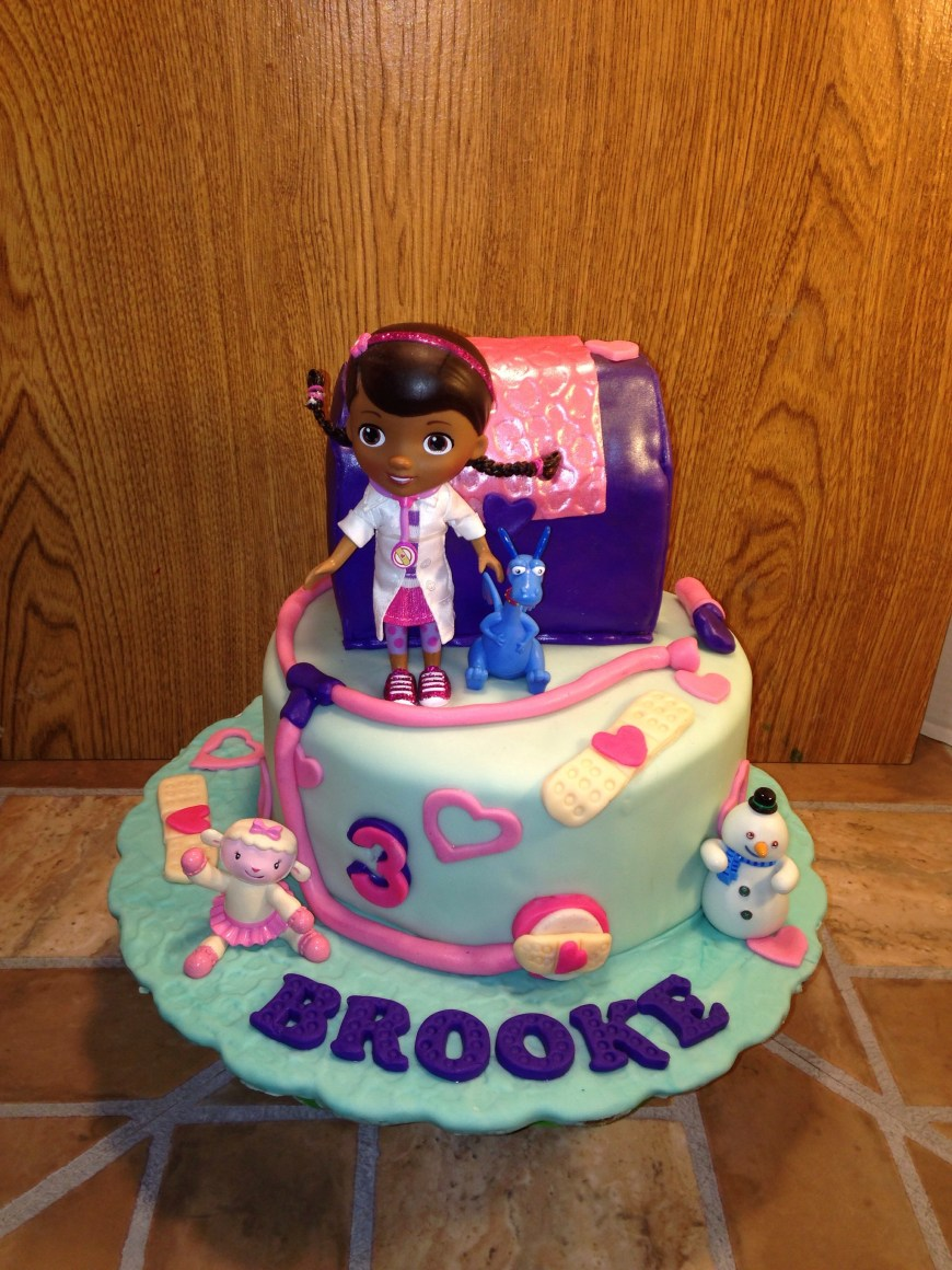 Doc Mcstuffin Birthday Cakes Doc Mcstuffins Cake And Matching Cupcakes Httpswwwfacebook