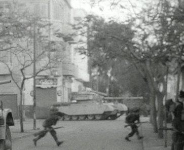 İngiliz Askerleri, tanklarla İsmailiye polisine saldırıyor. Yıl, 1952.
