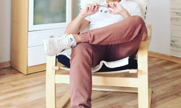 Lookbook #6: Biały T-Shirt i brązowe joggery