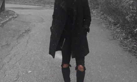 Dwurzędowy płaszcz + czarne ripped jeans – męska stylizacja na zimę