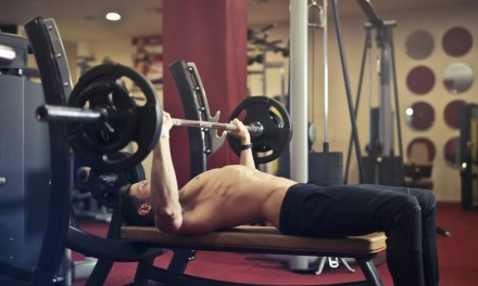 Najlepsze ćwiczenia na klatkę piersiową – TOP 9 wg badań naukowych