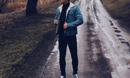 Kurtka jeansowa z barankiem – męska stylizacja na deszczowy dzień