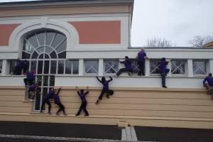 Vague de corps sur les façades du Centre National des Arts du Cirque, à Châlon-en-Champagne.