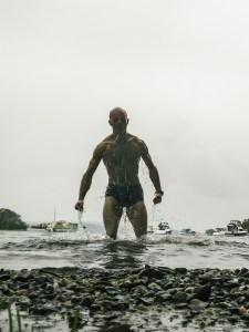 Baignade sous la pluie dans un lac Écossais. Pas facile de rester détendu.