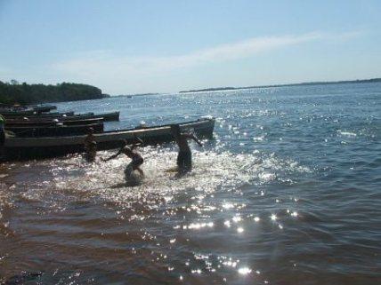 Descendentes de ex-ribeirinhos brincando às margens do Rio Paraná (Foto: David Arioch)