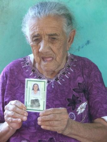 Antes de ser fotografada, a vaidosa Rosalina Gusmão faz questão de ajeitar o cabelo com as próprias mãos (Foto: David Arioch)