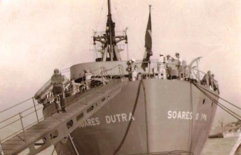 Renato Esteves na rampa do navio Soares Dutra quando chegou ao Brasil (Foto: Acervo Familiar)
