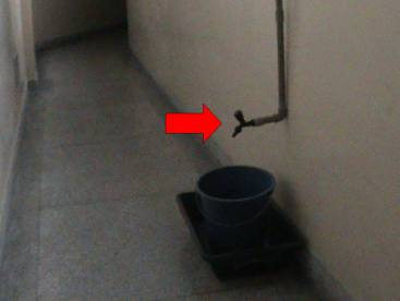 """Conjunto torneira, balde e """"pires"""", que continua a tubulação apresentada na imagem anterior (Foto: Alan Azambuja)"""
