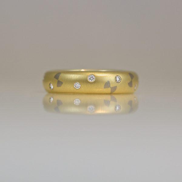 18ct gold ring flush set diamonds & bow ties