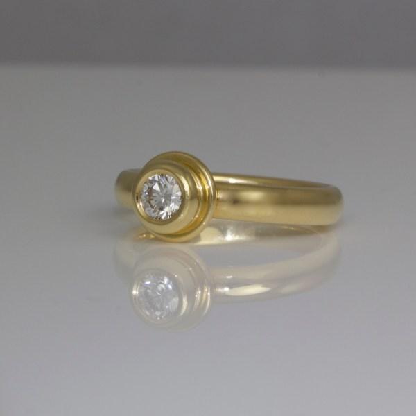 Diamond rub-over set in yellow gold ring 0698