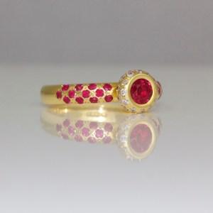 Rubies & diamonds set in yellow gold ring