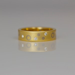 Flat gold ring with dots, circles & diamonds 0935