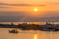 Da qualche parte nel Peloponneso - Un'alba con i colori di un tramonto accompagna il marinaio all'uscita del porto.