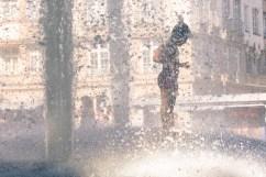 Monaco di Baviera - il caldo è torrido e mi siedo sulla panchina guardando i bambini che corrono nell'acqua fresca della fontana. Cavolo, come vorrei avere 6 anni in questo momento...