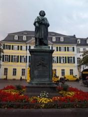 Beethoven che scruta sulla piazza.