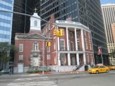 Una chiesa dall'aspetto antico in mezzo ai grattacieli.