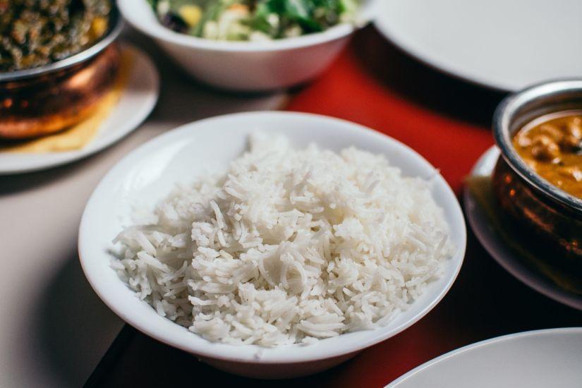 bol de arroz basmati junto con verduras salteadas