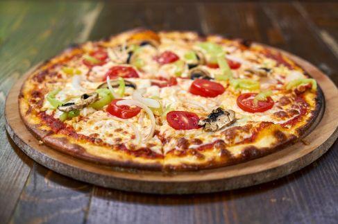 Pizza de verduras recién sacada del horno