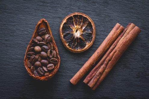Palos de canela con café y limón