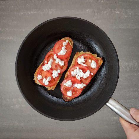 Tostadas hechas en sartén con tomate y queso