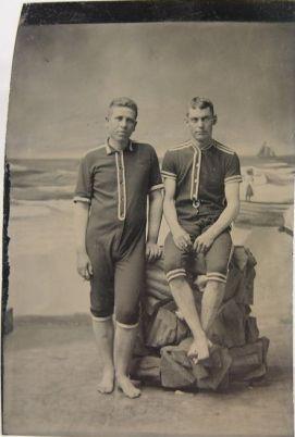 jeunes hommes en tenue de bain
