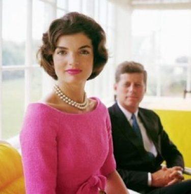Jackie prend la pose devant son JFK
