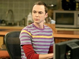 Sheldon Cooper: El personaje que le valió a Jim Parsons un Globo de Oro y un Emmy seguramente sea el preferido de la audiencia de The Big Bang Theory, pero si nos imaginamos tenerlo como amigo o familiar -lo cual es peor, porque la familia no se elige, te toca- la cosa cambia. No soportaríamos pasar más de media hora en una habitación con Sheldon Cooper sufriendo sus agotadoras manías, hipocondría, egocentrismo e intolerancia. Se dice que Sheldon padece Asperger, pero ni por esas nos sentimos compadecidos de él. '¡Claro que no soy Newton! ¡Yo habría descubierto la gravedad, aun sin la manzana!','¡Zas! en toda la boca, Toc, toc, toc, Penny, son algunas de sus frases míticas.