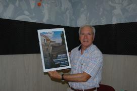 Alfonso Esteban Morillas Mostrando el cartel que Corrado Rossi y Jaime Helios dedicaron a GetafeVoz y sus oyentes