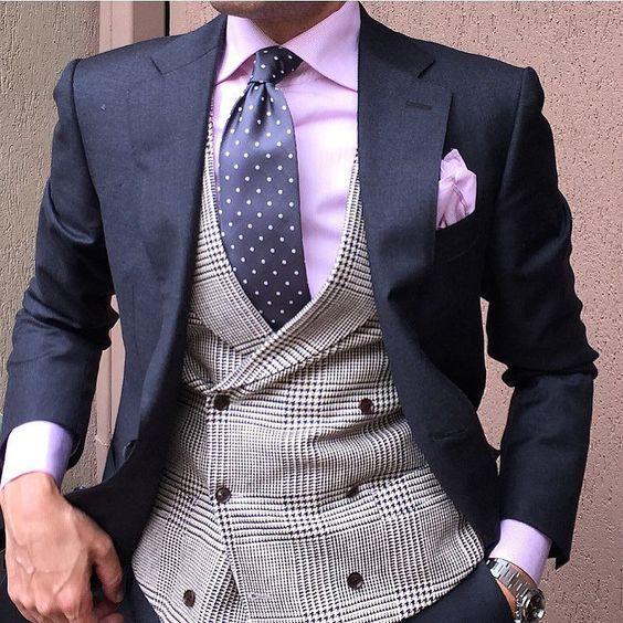 Chaleco gris con traje y corbata