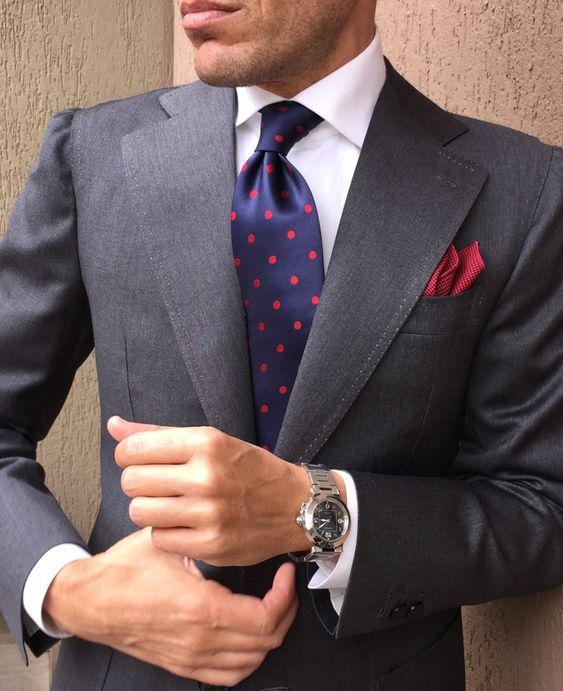 combinación elegante traje gris y corbata azul